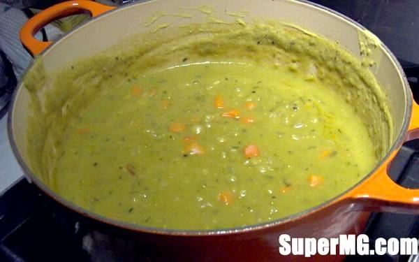 Фото: Варимо гороховий суп з копченостями: вкрай ситно